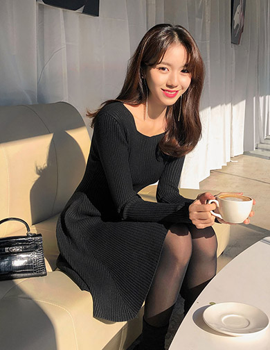 [CHUU] Deep Neckline Flare Knit Dress